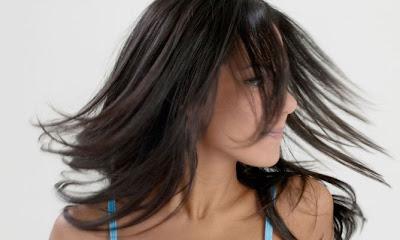 Como afinar seus cabelos - 3 truques caseiros