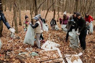 Bistrițeanul.ro: Peste 100 de saci de gunoaie strânși de enoriașii Bisericii Agape Bistrița