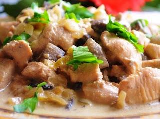 Куриное филе с грибами и перцем в сметане