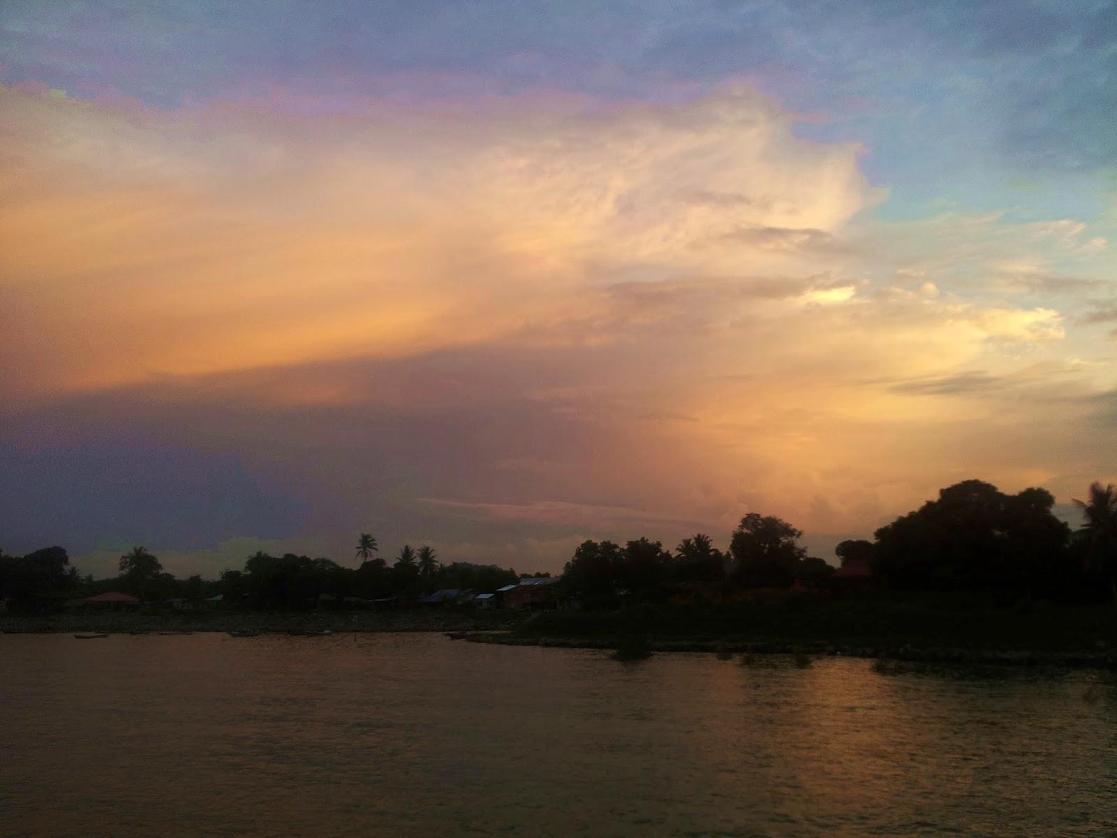 Pemandangan matahari terbenam yang cantik di Sematan Lundu Sarawak