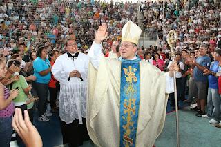 Bispo Dom Gregório Paixão cumprimenta os fieis no Ginásio Pedrão