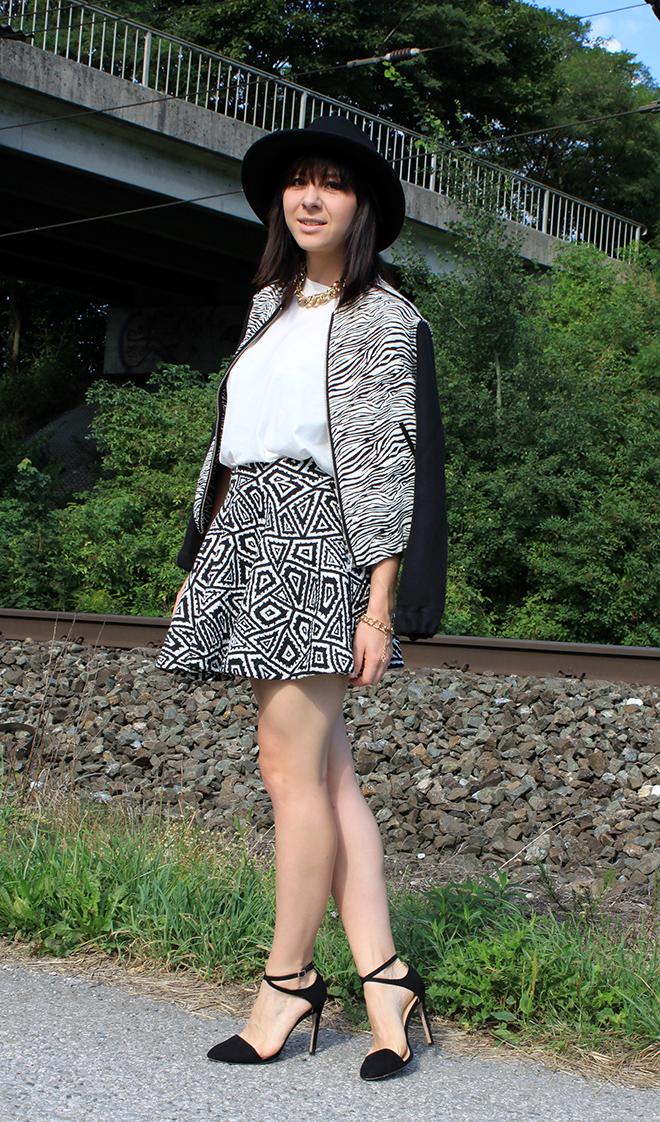 outfit_trend_zebra_printmix_zara_mango_skaterrock_bomberjacke_bondageheels