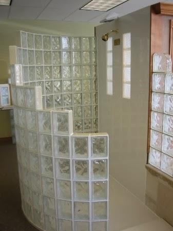 Ba os con separadores de bloques de vidrio decoractual for Ladrillos traslucidos