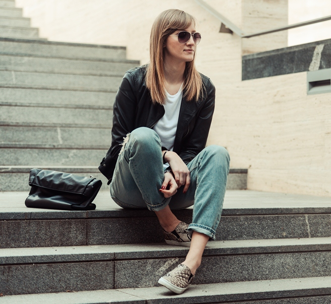 hm H&M snake slip on shoes sneakers trainers, hm light boyfriend jeans, casual outfit, style blogger, fashion blogger