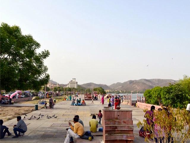 Public hover at Jal Mahal