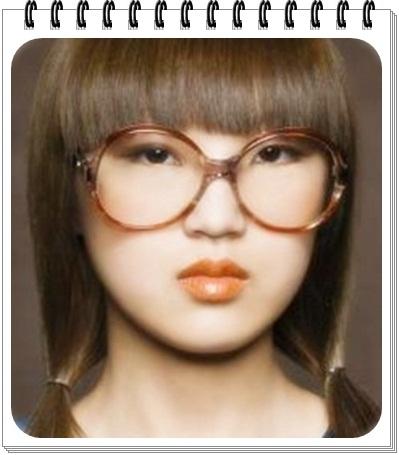 model kacamata wajah bulat menonjolkan kesan model rambut pendek