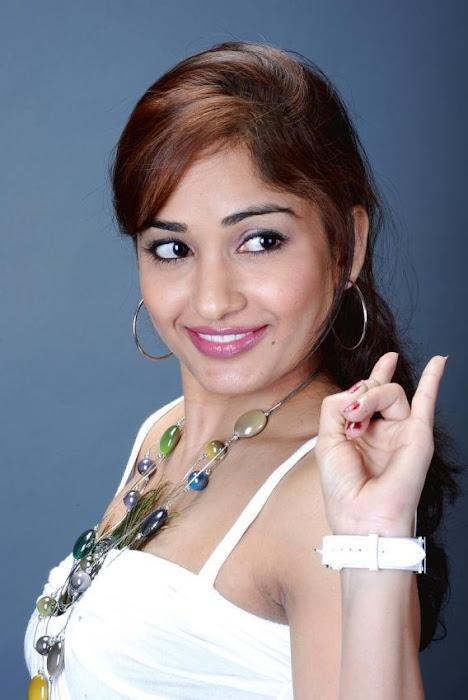 madhavi latha ,madhavi latha smile ,madhavi latha latest photos