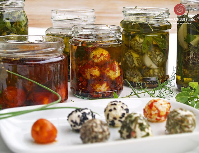 Labneh bil zayit, czyli marynowane w oliwie kulki serowe