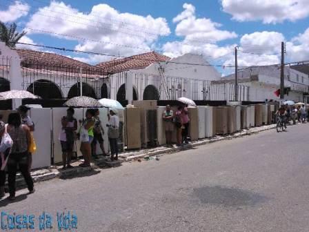 Limoeirenses contemplados com a troca de refrigeradores foram hoje realizar a troca
