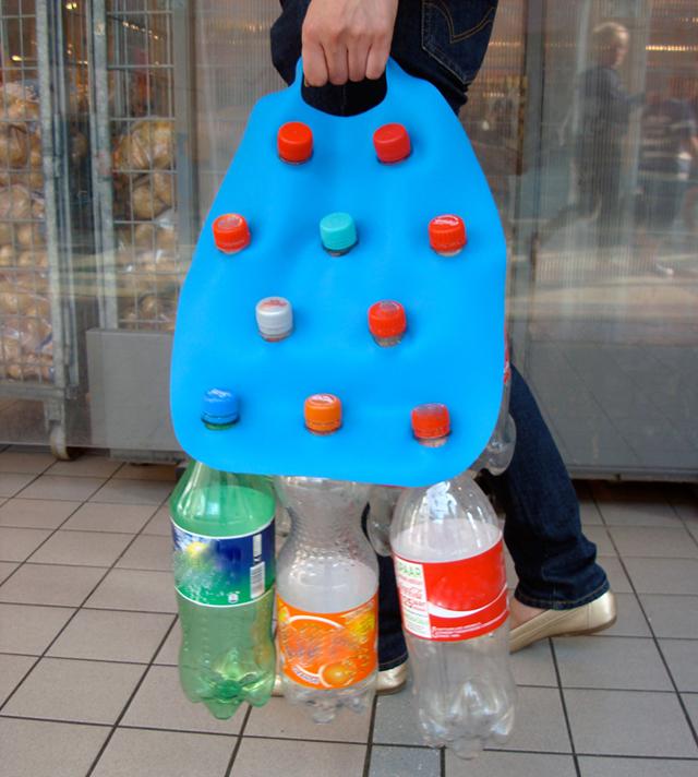 Levando garrafas PET para reciclagem