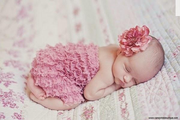 Image bébé fille nouveau née en rose