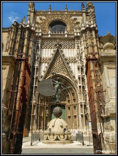 Séville Cathédrale et Giralda entrée porte principale Colomb Andalousie