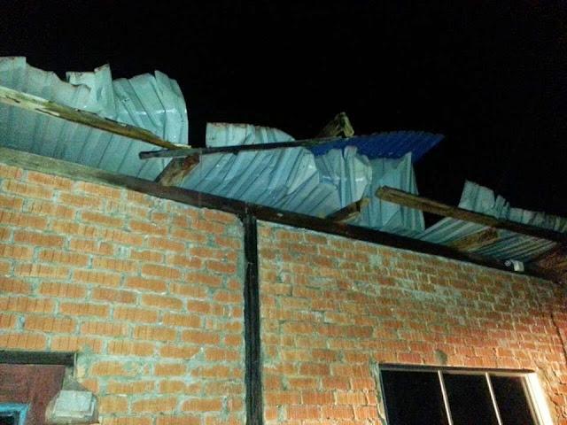 Atap Rumah Hampir Tercabut Akibat Ribut Penghuni Lari Selamatkan Diri