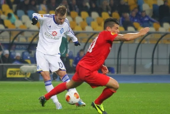 Dynamo Kyiv player Andriy Yarmolenko shoots to score the opening goal against Thun
