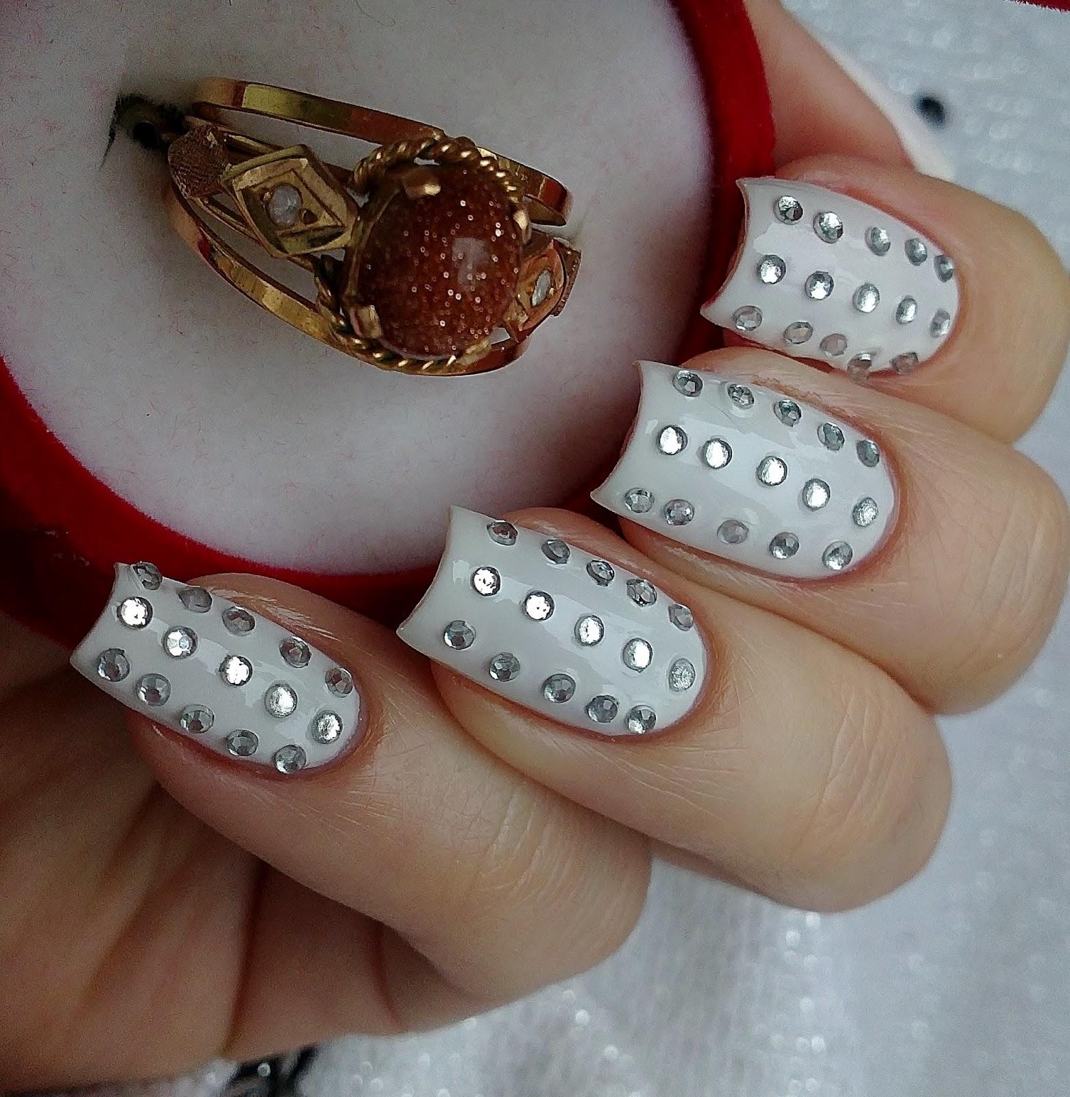 Фото ногтей со стразами белый и розовые