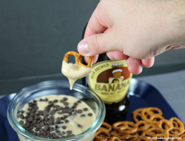 Banana Bread BEER Dip: a sweet dip that taste just like teddy grahams with a touch of banana and beer right at the end. Surprise your guests with this treat! So good!