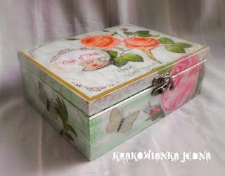 Herbaciarka w zieleniach z różami