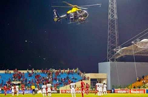 جماهير غينيا الاستوائية تحاول إسقاط الطائرة الهليكوبتر