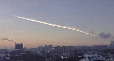 estela dejada por el meteorito caido en los urales de rusia en 2013