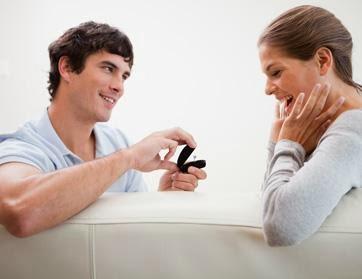 كيف تختار الخاتم المناسب لحبيبتك  - رجل يتقدم يطلب امرأة للزواج - man propose to woman