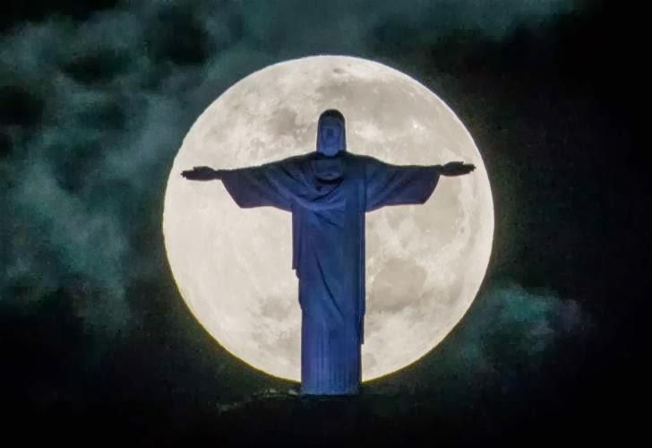Cristo Redentor con la luna llena de fondo