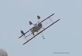 mujer caminando por el ala del avión
