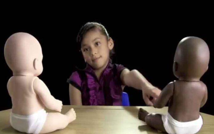 Πήγαν να φτιάξουν βίντεο με παιδιά για τον «ρατσισμό» αλλά τους γύρισε μπούμερανγκ (video)