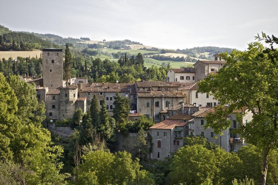 veduta del borgo di portico di romagna sede dei corsi di formazione sull'arte del progetto antares