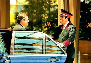 botones recibiendo cordialmente a un cliente en la entrada de un hotel, porque El Hotel eres tú y todos sus trabajadores_____jpg
