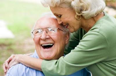 السعادة تزداد بشكل ثابت بعد سن الخامسة والأربعين - رجل مسن امرأة مسنة عجوز عجوزة - old man woman in love