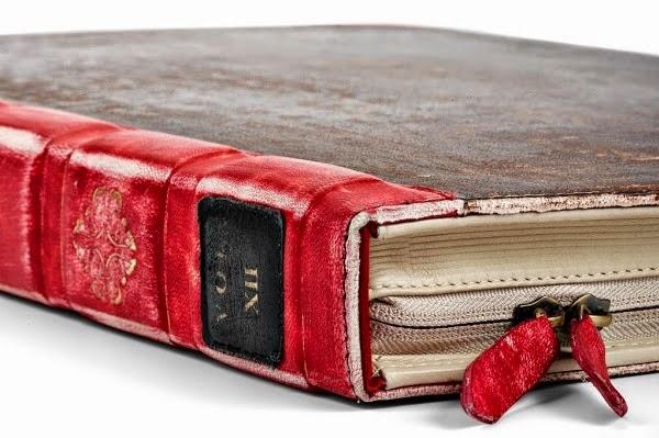 Za miesiąc będzie po świętach. Zleciało, prawda? Jeszcze nie tak dawno bawiliśmy się na Sylwestrze 2013/2014, a za nieco ponad miesiąc powitamy nowy rok. Jednak zanim do tego dojdzie, najpierw zasiądziemy do wigilijnego stołu, dopełnimy tradycję i obdarujemy swoich bliskich prezentami. Jesteśmy bibliofilami. Kochamy książki. Rodzina i znajomi nie powinni mieć problemu z wybraniem idealnego, gwiazdkowego prezentu. Jednak nie samą książką człowiek żyje! Zaraz Wam to udowodnię! Przedstawiam Wam listę 5 gadżetów, które będziecie chcieli mieć w swoich domach. Koniecznie pokażcie ten post swoim bliskim!    1. Zakładki   Ja nie mogę się bez nich obyć. Mam ich w domu sporą kolekcję, jednak najfajniejsze w takim pomyśle jest to, że możecie sami takie zrobić! Dowolne kształty, ozdoby, napisy, co tylko chcecie! Zróbcie taki prezent swojemu molowi, a będzie on zachwycony!   2. Podpórka na książkę.   Bardzo fajny pomysł dla wszystkich, którzy przyjmują wszelkie, dziwaczne pozy podczas czytania. Najlepiej się sprawdza, gdy leżymy i nie musimy nadwyrężać rąk, by przewrócić kolejne kartki :D Idealne do łóżka!     3. Bookopoly  Słyszeliście o tym? Bookopoly – Monopol dla moli książkowych. W tej wersji popularnej gry można nabyć księgarnie i biblioteki, a przede wszystkim rzadkie i znane książki. Na odwrocie każdej posiadłości znajdują się różne ciekawe fakty o książkach i pisarzach. Niestety gra jest trudno dostępna, na Amazonie może udałoby się ją nabyć za około 10 zielonych. Pamiętajcie jednak, że gra jest całkowicie po angielsku. Wielka szkoda, bo popyt na taką grę byłby naprawdę spory!   4. Lampka nocna   Ile razy zdarzało się Wam zaliczyć nocki na spędzonej lekturze? Możemy sobie świecić światło do woli, ale co zrobicie jeśli dzielicie pokój z drugą osobą? Trochę nie na miejscu jest być chamską świnią i świecić, gdy inni chcą spać. Chyba że ta druga osoba wie, co z Was za mol i nie można Wam uwagi zwrócić, to co innego :D Niemniej jednak polecam taką lampkę, która ułatwi życie 