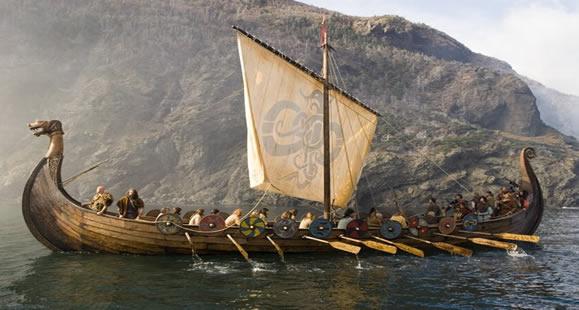 Gambar Kapal Layar Longship Viking lagi berlayar