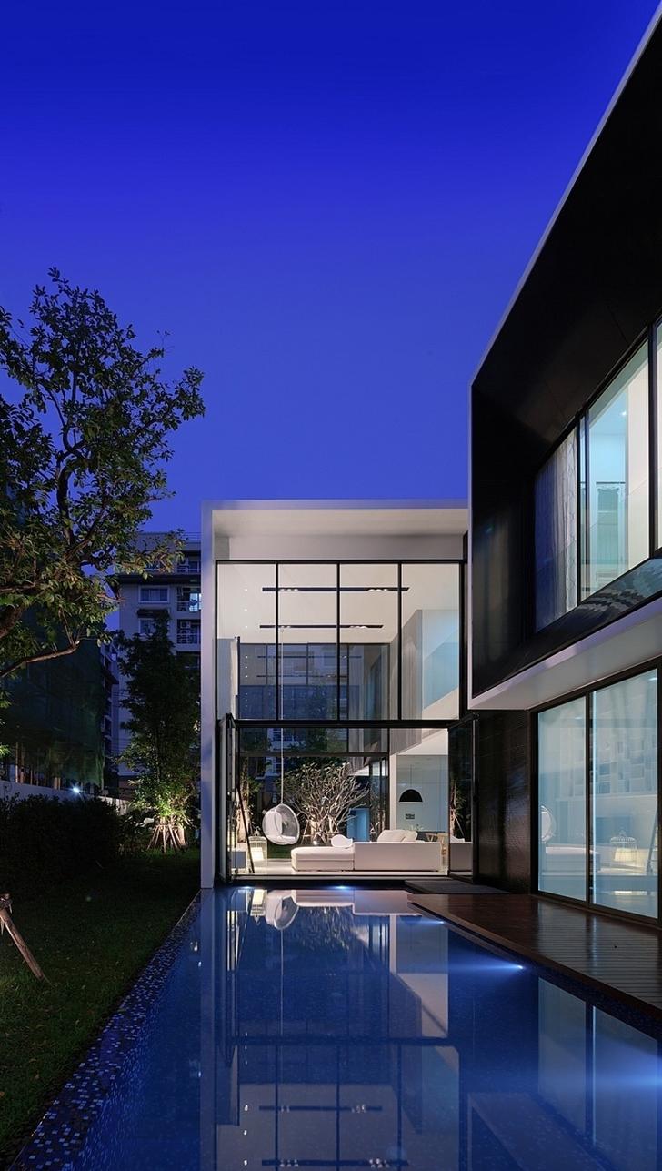 Swimming pool in Modern mansion in Singapore