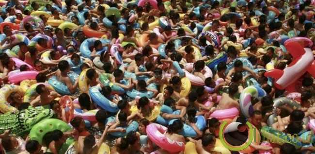 Kolam renang yang penuh sesak