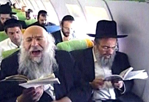rabinos sobrevoam Israel para espantar a gripe suina