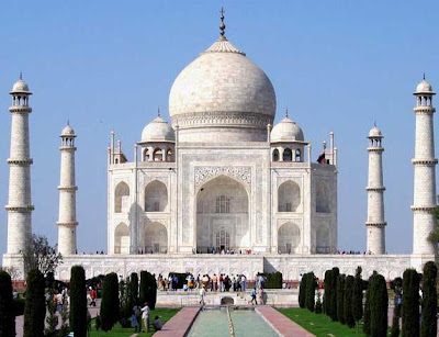 Taj Mahal's leaning tower