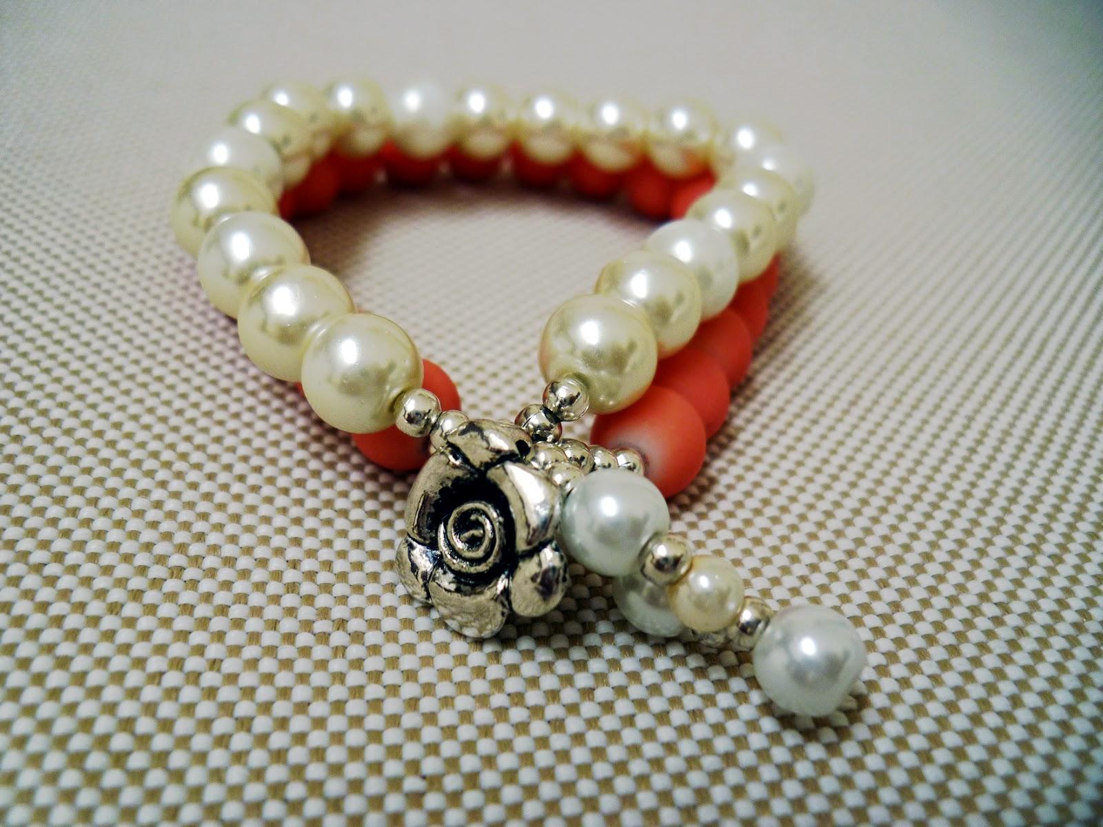 Pulsera doble de perlas con dije de rosa