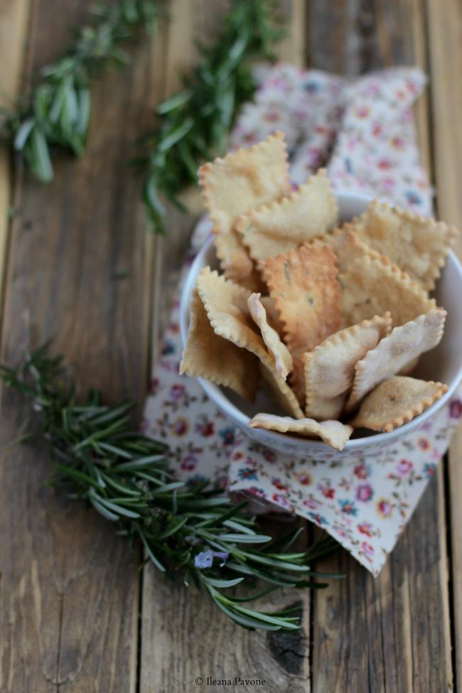 crackers con segale, farina di ceci e rosmarino, con lievito madre