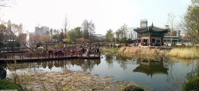Paseo en un estanque del Gran Parque de los Niños de Seúl