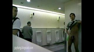 คลิปหนุ่มควยใหญ่ชักว่าวโชว์ในห้องน้ำห้าง ไม่อายใคร