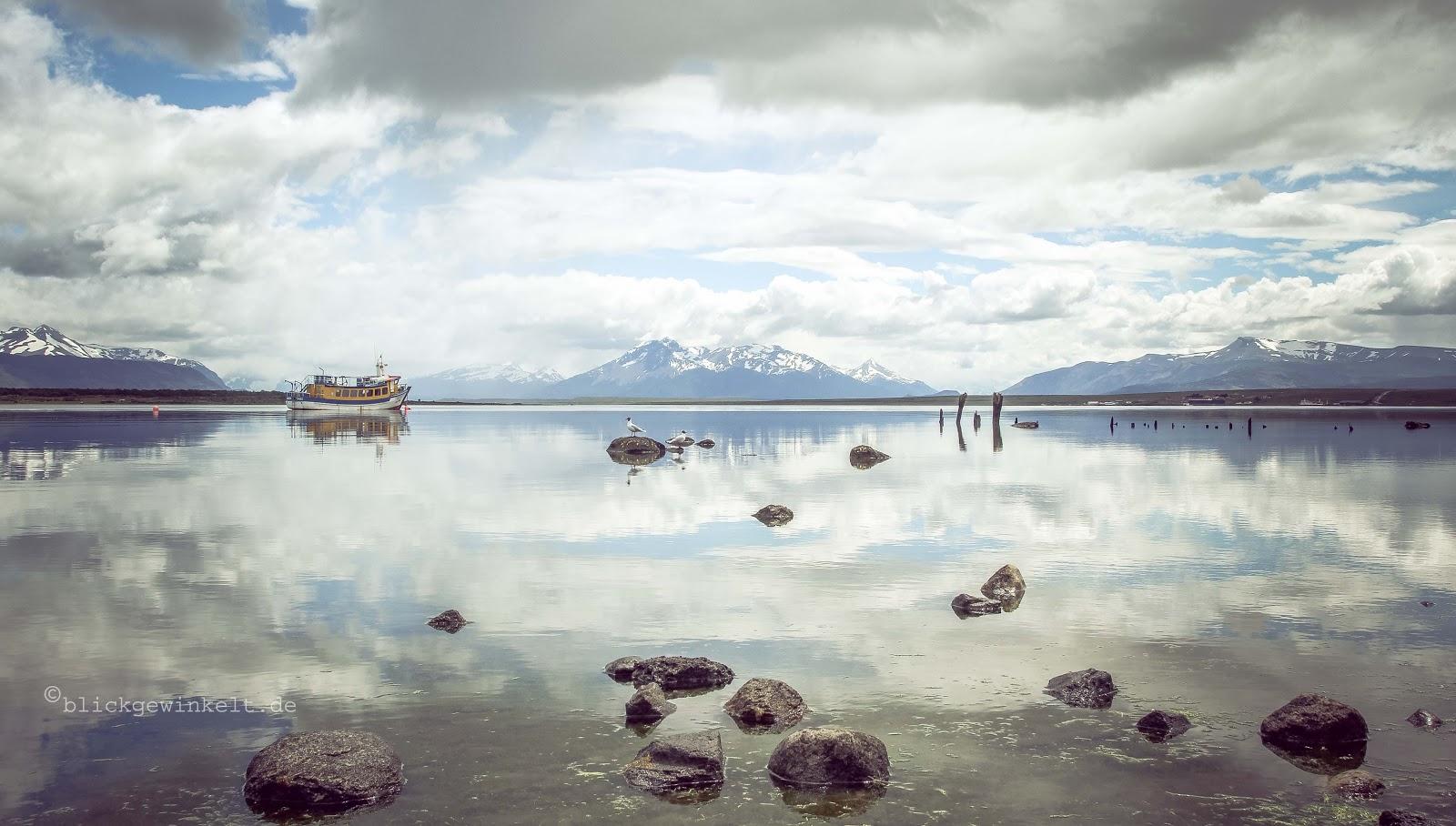 Wasserstraße und Schneeberge in Patagonien