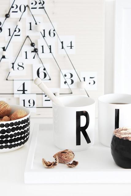 Tassen in Schwarz-Weiß vor Adventskalender