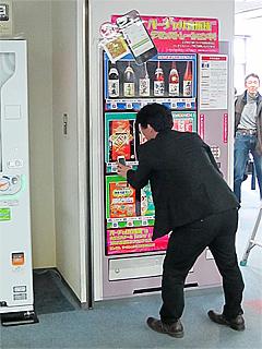 壁に貼られた「バーチャル自販機」の写真