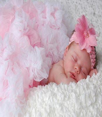 bébé adorable vêtu en plume en rose