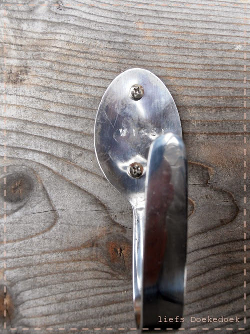 afbeelding van detailopname van gepersonaliseerde kapstok, door Doekedoek, www.doekedoek.nl
