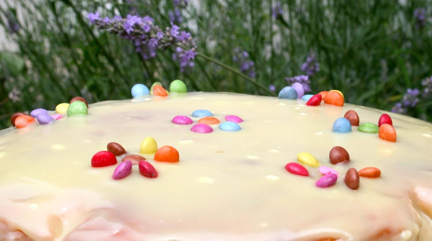 Gateau au yaourt avec glacage chocolat blanc