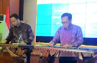 MOU kerjasama Garuda Indonesia dan Kemdikbud dalam rangka penghargaan bagi guru. Diskon bagi guru jika naik garuda Indonesia. Diskon tersebut dikhususkan bagi perjalanan dinas beserta perjalanan pribadi dan keluarga inti yang terdiri dari pasangan dan tiga orang anak.