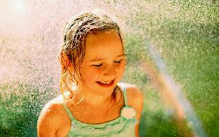 La alegria de una niña y el arco iris