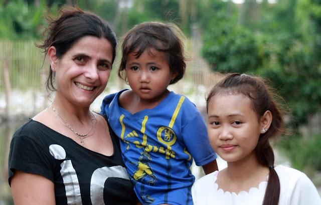 Ermine Norodom en compagnie d'une enfant du bidonville et de Srey Nett (droite)