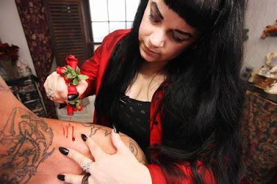 Vampira bebe até 2 litros de sangue humano por mês